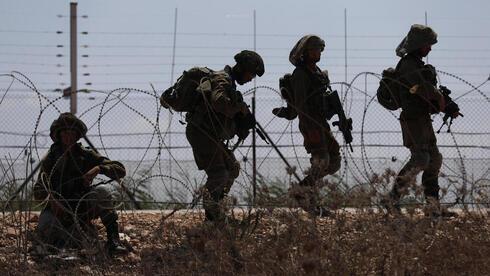 Soldados de las FDI se unen a la búsqueda el martes de los seis hombres que escaparon de la prisión de máxima seguridad de Gilboa.