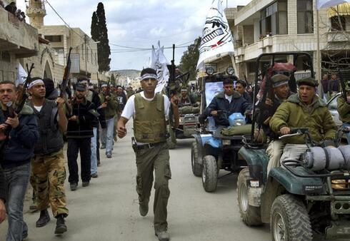 Zubeidi marcha en la ciudad cisjordana de Jenin durante una manifestación para conmemorar el tercer aniversario del asalto de las FDI al campo de refugiados de su localidad.