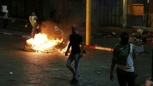 Alborotadores palestinos en Cisjordania celebrando la fuga de la cárcel.