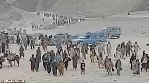Afganos que intentaron huir del país a través de la frontera con Pakistán a principios de esta semana.