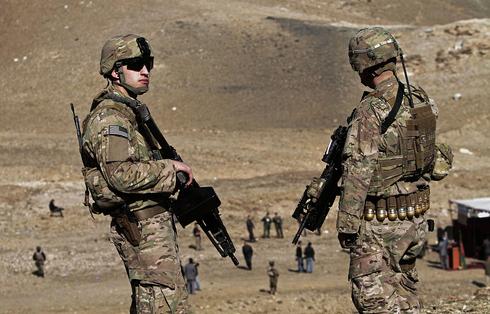 Soldados estadounidenses observan mientras se destruyen los campos de opio de los talibanes.