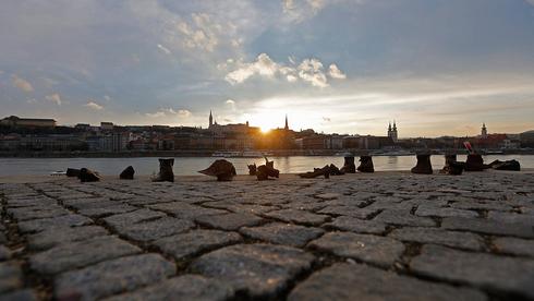 """""""Los zapatos en el Danubio"""", el monumento en Budapest a los judíos húngaros asesinados durante el Holocausto."""