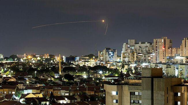 Un cohete disparado desde Gaza interceptado sobre Sderot el sábado.