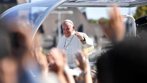 El papa Francisco llega a la Plaza de los Héroes en Budapest, Hungría.