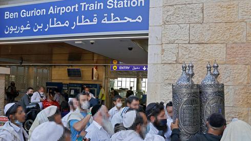 Peregrinos que regresan de Ucrania llegan al aeropuerto Ben Gurion, el 9 de septiembre de 2021.