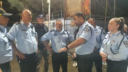 El comisionado de la Policía, Kobi Shabtai (centro), con altos oficiales en el Monte Meron tras la mortal estampida de abril.