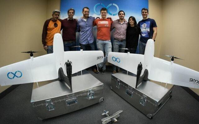 El equipo parcial de SkyX con los dos primeros modelos de exportación de drones SkyOne.