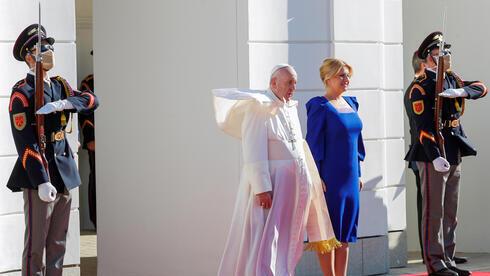 El papa Francisco llega para reunirse con la Presidenta de Eslovaquia, Zuzana Caputova.