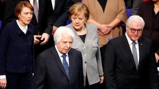 Saul Friedlander, la canciller Angela Merkel, el presidente Frank-Walter Steinmeier y su esposa Elke Buedenbender en el servicio de conmemoración de las víctimas de la dictadura nazi en el Reichstag en 2019.