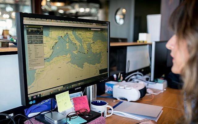 La startup israelí Windward creó un software que analiza los movimientos del transporte marítimo mundial y construye modelos de aprendizaje automático.