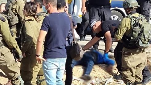 Combatientes israelíes alrededor del terrorista tras el intento de ataque en Cisjordania.