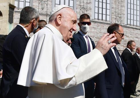 El papa Francisco saluda a la multitud.