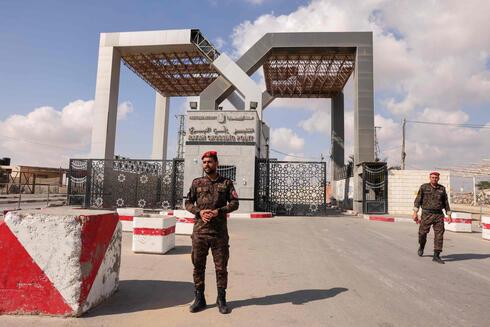 Fuerzas de seguridad palestinas en el cruce Rafah entre Gaza y Egipto.