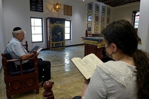 Ebrahim Nonoo, líder de la comunidad judía en Bahrein, reza en la sinagoga de Manama.