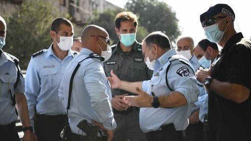 Altos oficiales de la policía en el lugar del ataque en Jerusalem el lunes.