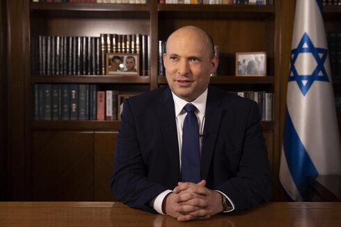 El Primer Ministro Naftali Bennett hablando con Attila Somfalvi de Ynet en la Oficina del Primer Ministro en Jerusalem.
