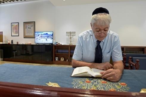 Ebrahim Nonoo reza en la sinagoga de Bahrein.