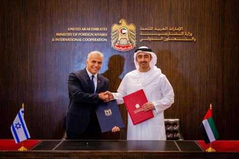 El ministro de Relaciones Exteriores, Yair Lapid, junto a su homólogo emiratí, Abdullah bin Zayed al-Nahyan.