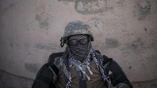 Un combatiente talibán custodia la entrada de la prisión de Pul-e-Charkhi en Kabul.