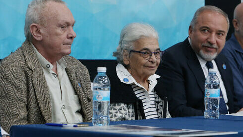Nudel con el líder de Yisrael Beytenu, Avigdor Liberman, en una conferencia en 2017.