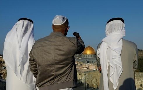 Un guía turístico israelí con dos visitantes emiratíes en Jerusalem.