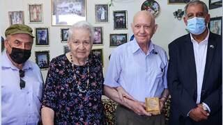 Mijael Sidko y su esposa junto al presidente de la Knesset, Mickey Levy (derecha), y el presidente del Centro para el Recuerdo del Holocausto de Babi Yar, Natan Sharansky (izquierda).