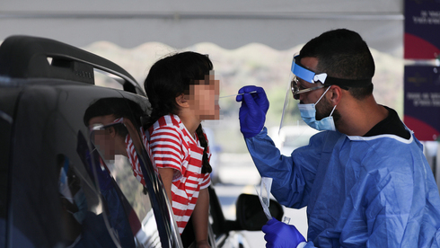 Un niño es sometido a una prueba del coronavirus en Jerusalem a principios de este mes.