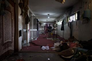 Otros presos, arrestados hace poco, rezan dentro de la prisión de Kabul.