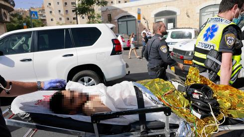 El terrorista que apuñaló a dos jóvenes jaredíes el lunes es trasladado a un hospital tras ser baleado por las fuerzas de seguridad.