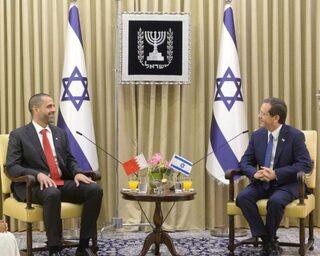 Khaled al Jalahma junto al jefe de Estado de Israel.