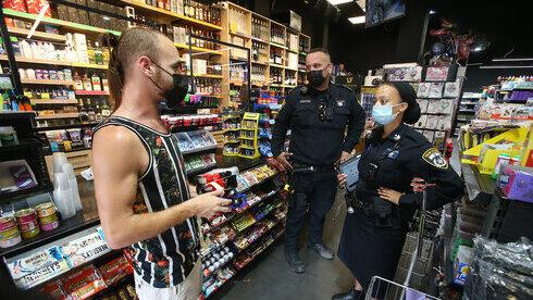 Agentes de policía controlan el cumplimiento de las medidas sanitarias.