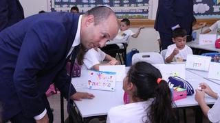 El primer ministro Bennett durante una visita a una escuela.