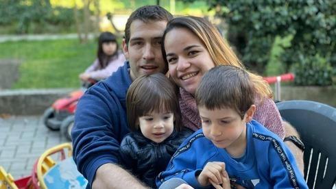 Eitan Biram, a la derecha, junto a sus padres y su hermanito, que fallecieron en el accidente del teleférico.