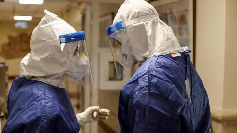 Miembros del personal médico de la sala de coronavirus del Centro Médico Rabin en Petah Tikva.