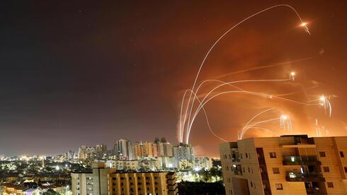Los interceptores del sistema de defensa Cúpula de Hierro chocan contra los cohetes lanzados por Hamás.