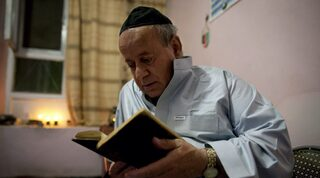 Zebulan Simantov, en 2009, leyendo un libro de oraciones antes de la festividad de Rosh Hashaná, en Kabul.