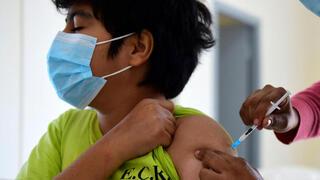 Un niño recibe la vacuna contra el coronavirus en Paraguay.