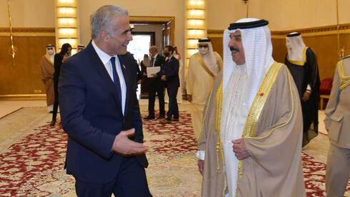 El canciller Yair Lapid y el rey de Bahrein.