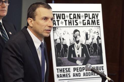 Raymond Duda, agente especial a cargo en Seattle, habla junto a un cartel que se envió por correo a principios de año a la casa de Chris Ingalls, un reportero de investigación de KING-TV.