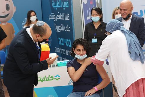El primer ministro Bennett en un centro de vacunación de una localidad árabe.