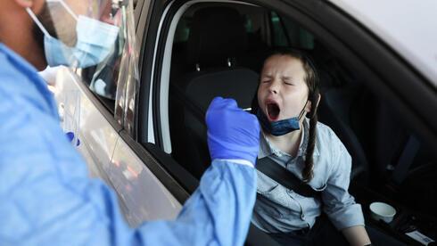 Un niño se somete a una prueba de coronavirus en Jerusalem.