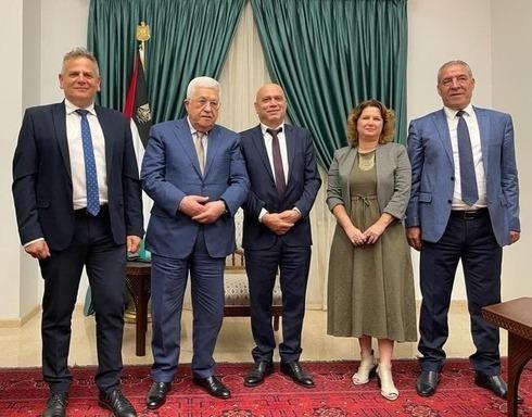 El presidente palestino Mahmoud Abbas (centro-izquierda), recibe en Ramallah a los ministros israelíes Nitzan Horowitz (izquierda) e Isawi Frej (centro).