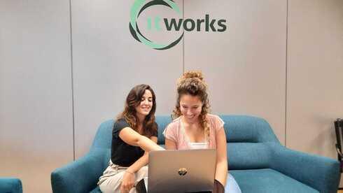 Madres solteras asisten al programa itworks.