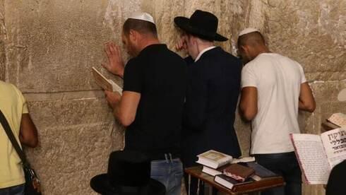 Judíos tradicionalistas en el Muro de los Lamentos.