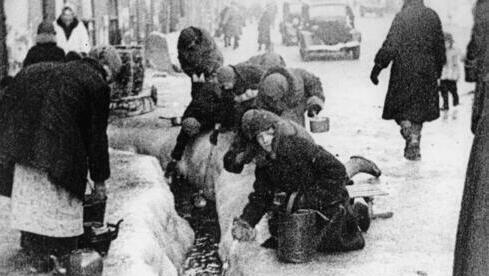 Los ciudadanos de Leningrado extraen agua de una tubería rota durante el asedio de 900 días.