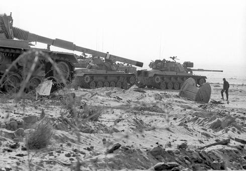 Tanques israelíes cerca del canal de Suez durante la Guerra de Yom Kipur.