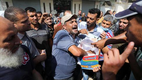 Palestinos se reúnen para solicitar permisos de trabajo israelíes, en Khan Younis, en el sur de la Franja de Gaza.