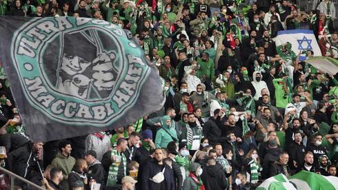 Fanáticos de Maccabi Haifa asisten a un partido contra el Unión Berlín por la Liga Conferencia en Alemania.