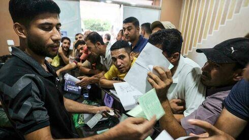 Hombres palestinos solicitan permisos de trabajo para Israel, en el campo de refugiados de Jabalia, en el norte de la Franja de Gaza.