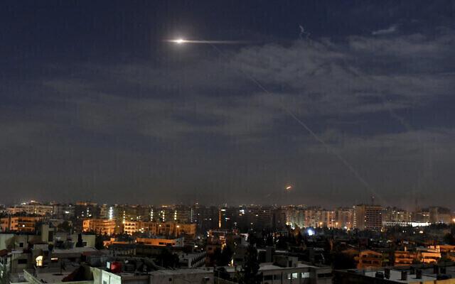 Misiles volando hacia el cielo cerca del aeropuerto internacional de Damasco, el 21 de enero de 2019.